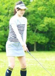 ゴルフする女性