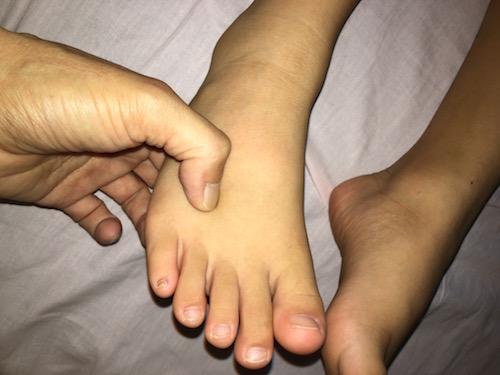 足の指の間を押す